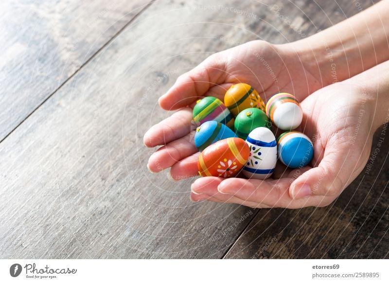 Hände mit Ostereiern, auf Holztisch. Ferien & Urlaub & Reisen Dekoration & Verzierung Feste & Feiern Ostern Hand Frühling Blume Tulpe Farbe Tradition zeigen Ei