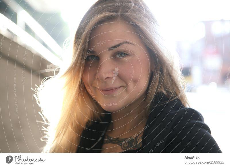 Gegenlichtportrait einer lächelnden Frau Freude schön Gesicht Wangengrübchen Grübchen Leben Wohlgefühl Junge Frau Jugendliche 18-30 Jahre Erwachsene Sommer