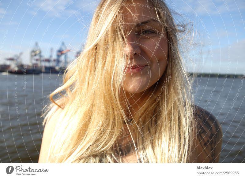 Portrait einer jungen Frau am Hamburger Hafen Lifestyle Freude schön Haare & Frisuren Leben Wohlgefühl Sommer Junge Frau Jugendliche Gesicht Grübchen