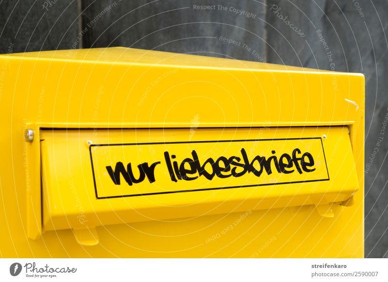 """Gelber Postbriefkasten mit dem Schriftzug """"Nur Liebesbriefe"""" auf der Klappe Briefkasten Metall Hinweisschild Warnschild Küssen lesen schreiben warten"""