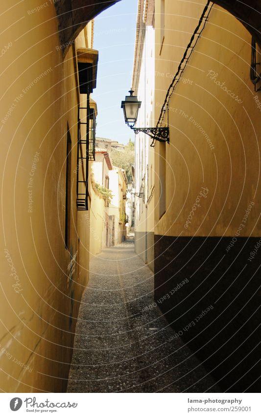 Streets of Andalusia [IV] Stadt Sonne Ferien & Urlaub & Reisen Haus Wand Wege & Pfade Mauer trist Straßenbeleuchtung Spanien eng Stadtzentrum Hinterhof Gasse