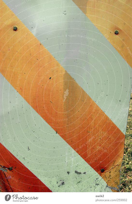 Zeichensprache alt rot Verkehr verrückt leuchten Streifen einfach Spuren verfallen diagonal trashig Riss Neigung Textfreiraum eckig Ausdauer