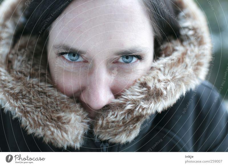cold day - warm heart :-) Lifestyle Stil Wohlgefühl Winter Frau Erwachsene Leben Gesicht 1 Mensch 30-45 Jahre Jacke Fell frieren Lächeln Blick Freundlichkeit