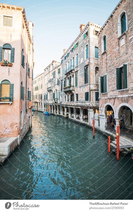 Venedig Stadt Hafenstadt Sehenswürdigkeit Wahrzeichen ästhetisch blau gelb grau rot Gasse Kanal Steg Italien Reisefotografie Haus Fenster Ladengeschäft Wasser