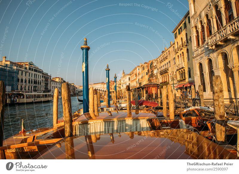 Venedig Kleinstadt Stadt Hafenstadt blau gelb gold rot schwarz Gebäude Holzpfahl Fluss Canal Grande Reisefotografie Italien Wasser Architektur Farbfoto