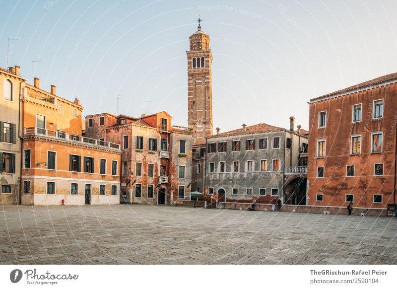 Venedig Kleinstadt Stadt Hafenstadt braun gelb gold rot weiß Platz Kirche Haus Pflastersteine Fenster Reisefotografie Italien Tourismus Farbfoto Außenaufnahme