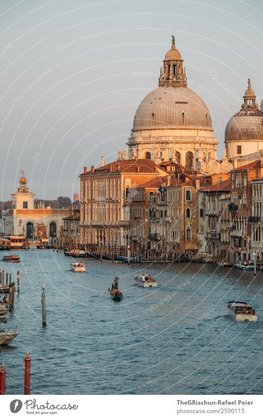 Venedig Stadt Hafenstadt Kirche Dom blau gelb gold grau weiß Canal Grande Italien Reisefotografie Stimmung Farbfoto Außenaufnahme Textfreiraum links