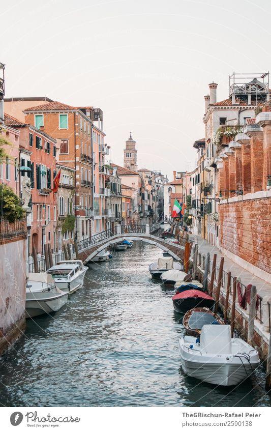 Kanal Kleinstadt Stadt Hafenstadt blau braun weiß Brücke Wasserfahrzeug Schifffahrt Kirche Bauwerk Venedig Italien Farbfoto Außenaufnahme Textfreiraum oben