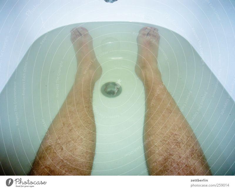Wanne Mensch Mann Wasser schön Erwachsene Beine Fuß Wellness Bad Sauberkeit Badewanne tauchen deutlich Körperpflege Schaum Abfluss