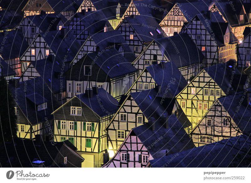 Freudenberger Nächte sind lang... alt Haus Fenster Wand Architektur Gebäude Mauer Fassade Häusliches Leben Dach historisch viele Bauwerk Dorf Skyline