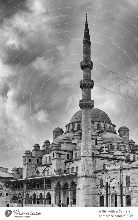 where faith lies hidden Istanbul Türkei Hafenstadt Stadtzentrum Altstadt bevölkert Turm Moschee Mauer Wand Fassade Minarett Kuppeldach rund Religion & Glaube