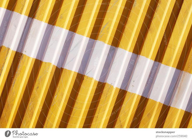 Weißer Streifen urban Grunge Ladung Container Nahaufnahme horizontal gemalt geteilt Linie Menschenleer Wellblech Konsistenz Hintergrundbild Mauer weiß gelb