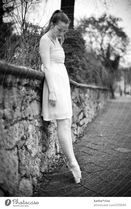 Ballerina Mensch Frau Jugendliche Stadt schön ruhig Erwachsene feminin Gefühle Tanzen elegant ästhetisch stehen 18-30 Jahre nachdenklich Kleid