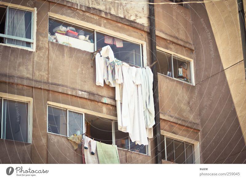 Wäschetrockner alt Sommer Umwelt Fenster Wohnung Fassade authentisch Bekleidung Häusliches Leben Schönes Wetter Vergangenheit skurril Verfall trocknen Bettlaken