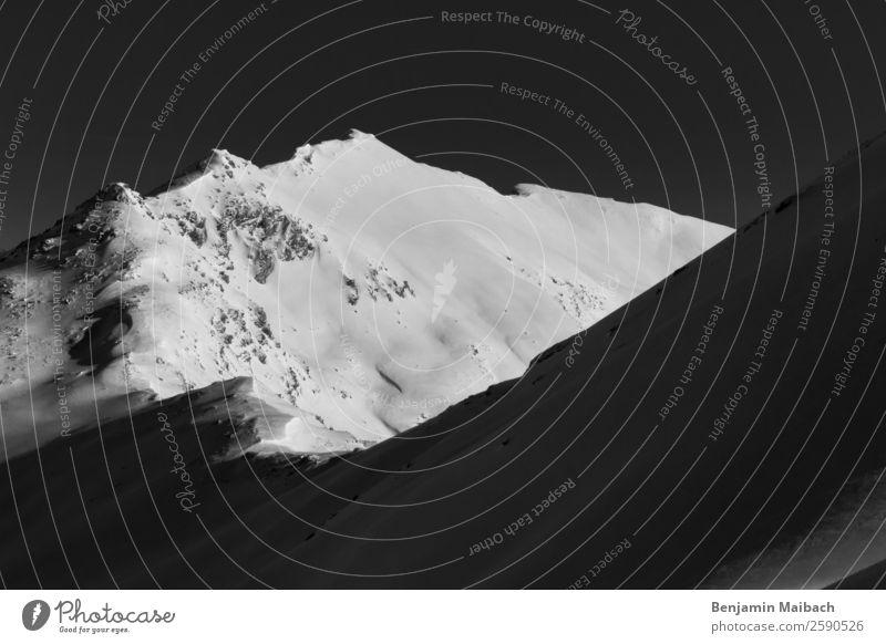 Schneebedeckte Bergspitze Natur Urelemente Winter Eis Frost Alpen Berge u. Gebirge schwarz weiß Freiheit Frieden kalt Schwerpunkt Umwelt Kanton Graubünden