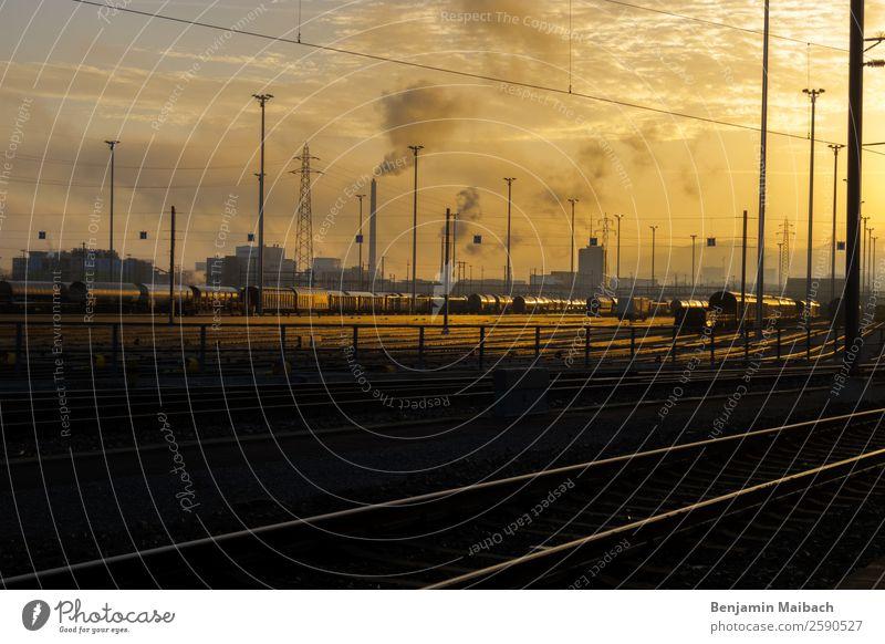 Glühender Himmer über der Industrie Muttenz Schweiz Fabrik Bahnhof Schornstein Verkehr Güterverkehr & Logistik Bahnfahren Schienenverkehr Eisenbahn Güterzug