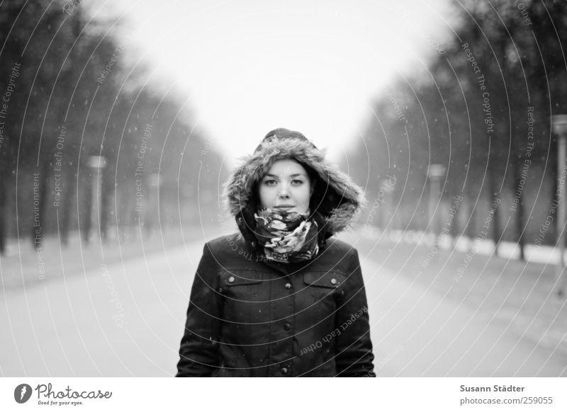 . Frau Mensch Jugendliche schön Einsamkeit Erwachsene feminin Schneefall Park Regen Körper natürlich stehen Bekleidung 18-30 Jahre Fell