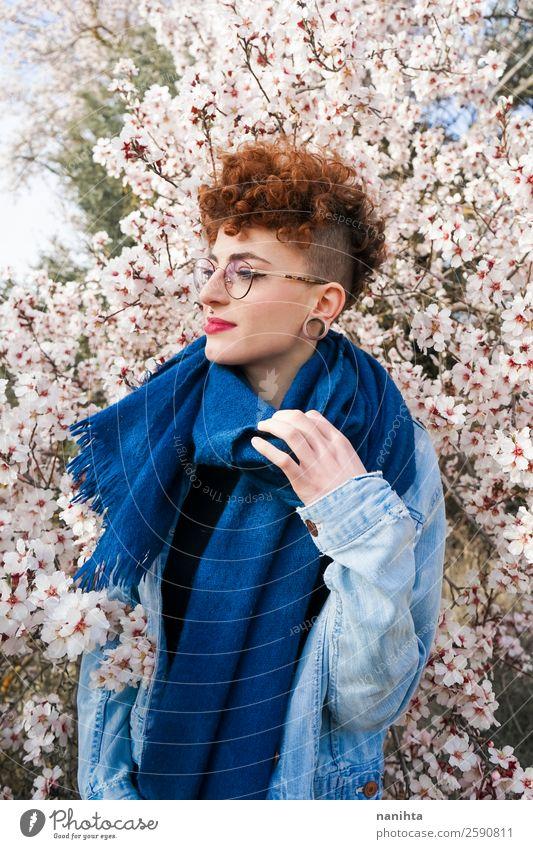 Junge Rothaarige Frau umgeben von Blumen Lifestyle Stil Freude Glück schön Haare & Frisuren Leben Freiheit Mensch feminin Junge Frau Jugendliche Erwachsene 1