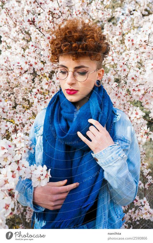 Junge, schöne Frau, umgeben von Blumen. Lifestyle Stil Freude Glück Haare & Frisuren Leben Freiheit Mensch feminin Junge Frau Jugendliche Erwachsene 1