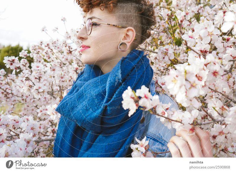 Frau Mensch Natur Jugendliche Junge Frau schön Baum Blume Freude 18-30 Jahre Gesundheit Lifestyle Erwachsene Leben Umwelt Blüte