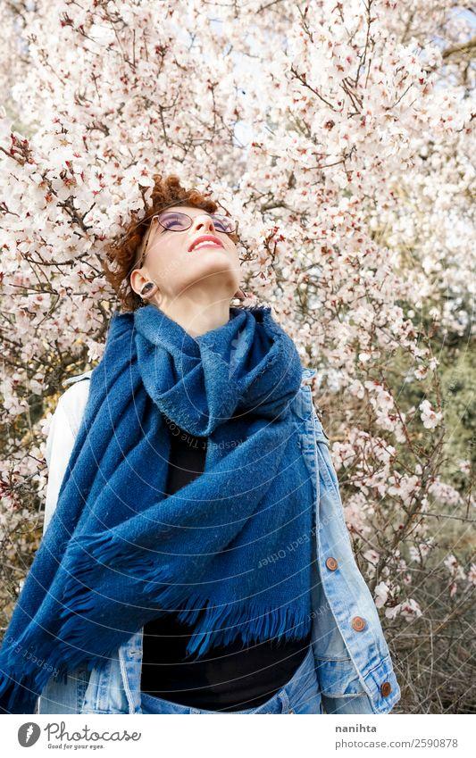 Frau Mensch Natur Jugendliche Junge Frau schön Baum Blume Freude 18-30 Jahre Gesundheit Lifestyle Erwachsene Leben Blüte Frühling