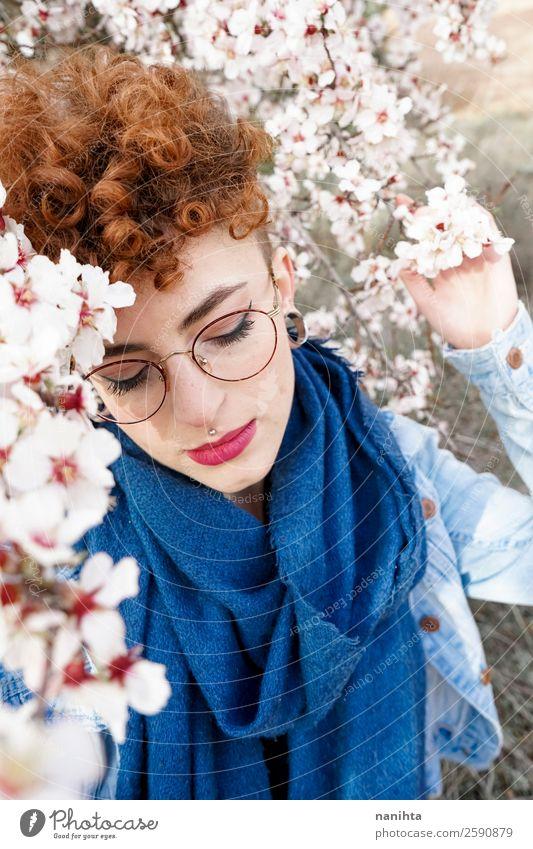 Junge und rothaarige Frau umgeben von Blumen Lifestyle Stil Freude Glück schön Haare & Frisuren Leben Freiheit Mensch feminin Junge Frau Jugendliche Erwachsene