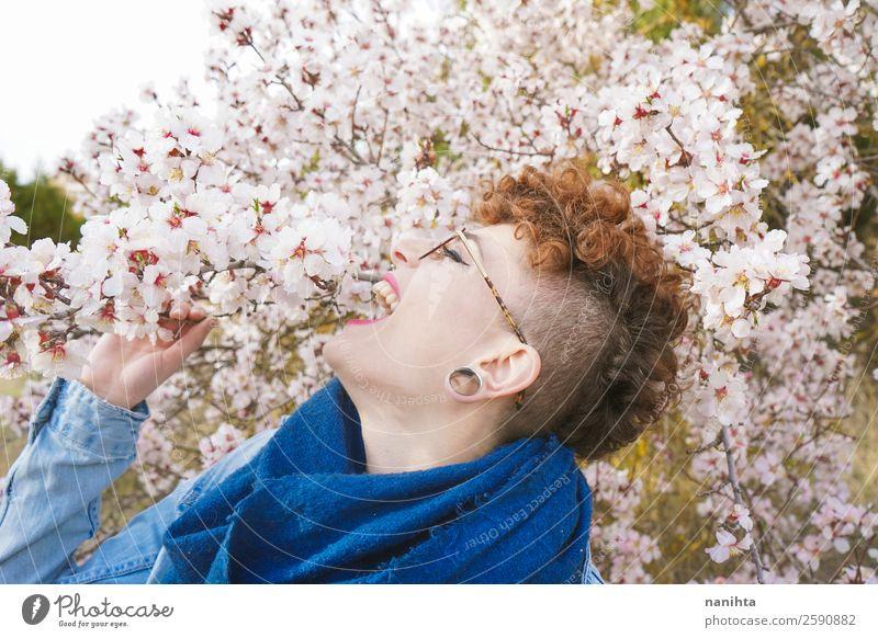 Frau Mensch Natur Jugendliche Junge Frau schön Baum Blume Freude 18-30 Jahre Lifestyle Erwachsene Leben Frühling Blüte lustig