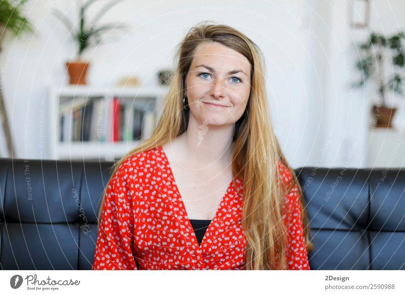 lächelnde junge Frau, die zu Hause auf dem Sofa liegt. Lifestyle Glück schön ruhig Freizeit & Hobby Mensch Erwachsene Jugendliche Denken Lächeln schlafen sitzen