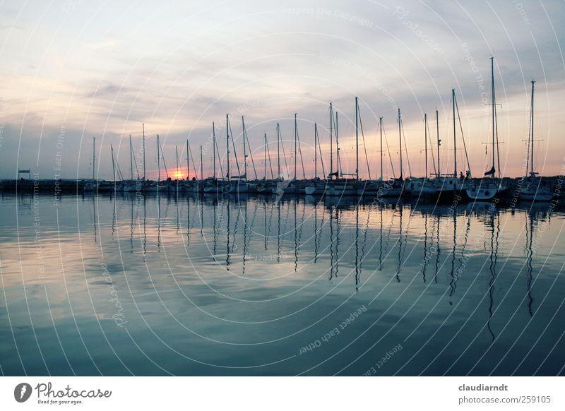 Amplitude Himmel Wasser schön Meer ruhig Deutschland Wasserfahrzeug ästhetisch Hafen Schifffahrt Anlegestelle Abenddämmerung Symmetrie Mast Wasseroberfläche