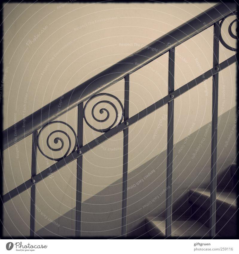 altbaugeometrie Haus Bauwerk Gebäude Architektur Mauer Wand Treppe Altbau Geländer Treppengeländer Schnörkel Strukturen & Formen aufwärts verziert Gitter