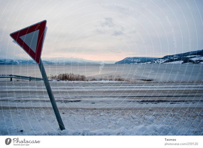 Schild mit Aussicht Umwelt Natur Landschaft Wasser Winter Schönes Wetter Eis Frost Schnee Küste Seeufer Bucht Fjord Verkehr Verkehrswege Straßenverkehr