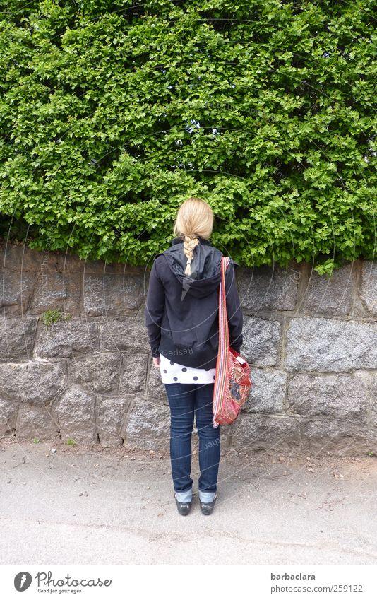 warten Junge Frau Jugendliche 18-30 Jahre Erwachsene Natur Schönes Wetter Sträucher Garten Mauer Wand Straße Wege & Pfade Tasche blond Zopf Stein stehen grau