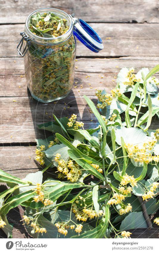 Glas mit Lindenblüte auf Holztisch Kräuter & Gewürze Tee Sommer Natur Pflanze Baum Blume Blatt Blüte frisch natürlich grün Kalk Ast Kräuterbuch geblümt
