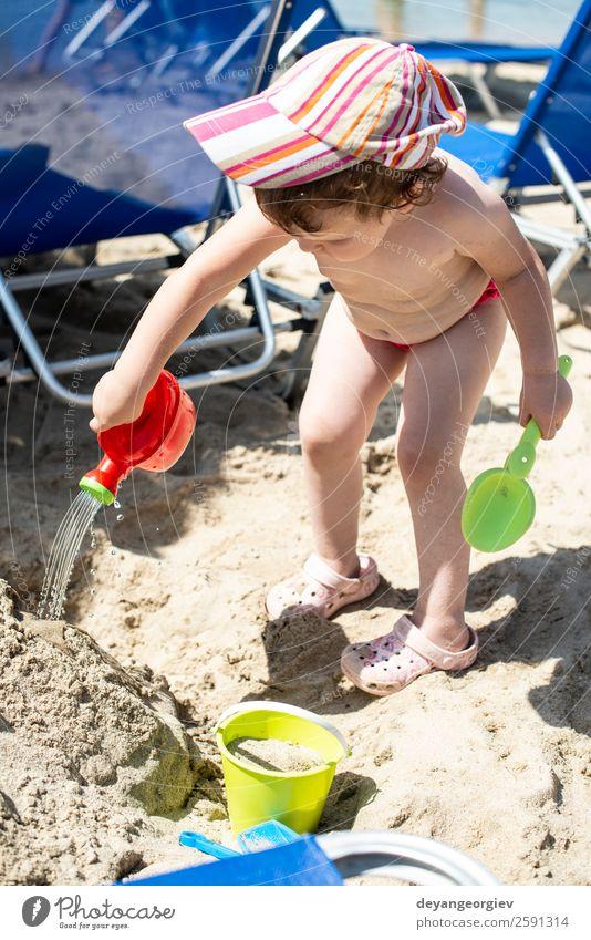 Kleines Mädchen spielt mit Wasser am Strand. Lifestyle Freude Glück schön Freizeit & Hobby Spielen Ferien & Urlaub & Reisen Sommer Sonne Meer Kind