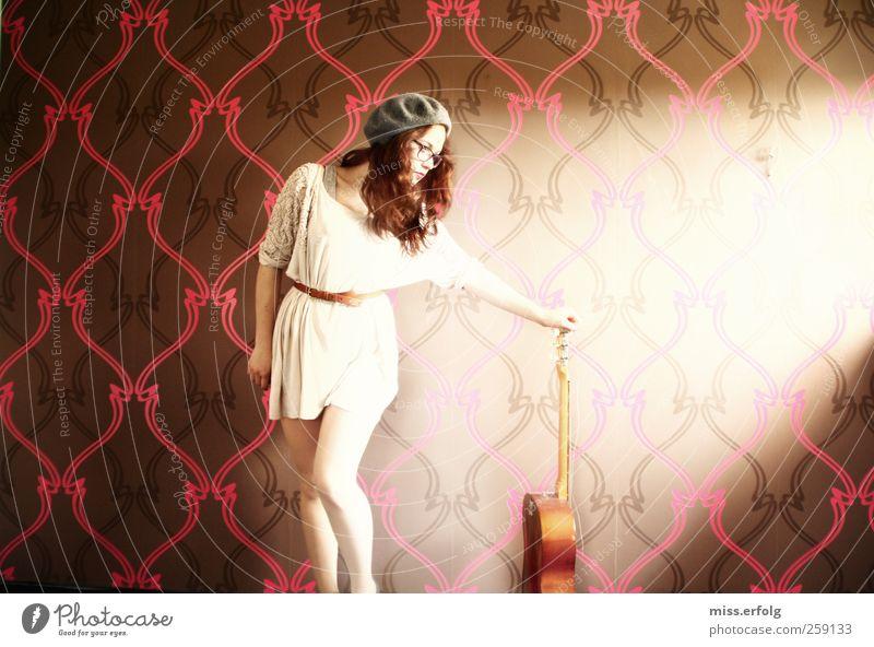 Liebe zur Musik schön Einsamkeit Junge Frau feminin Traurigkeit Gefühle Stil Stimmung leuchten stehen modern ästhetisch einzigartig Müdigkeit Gitarre