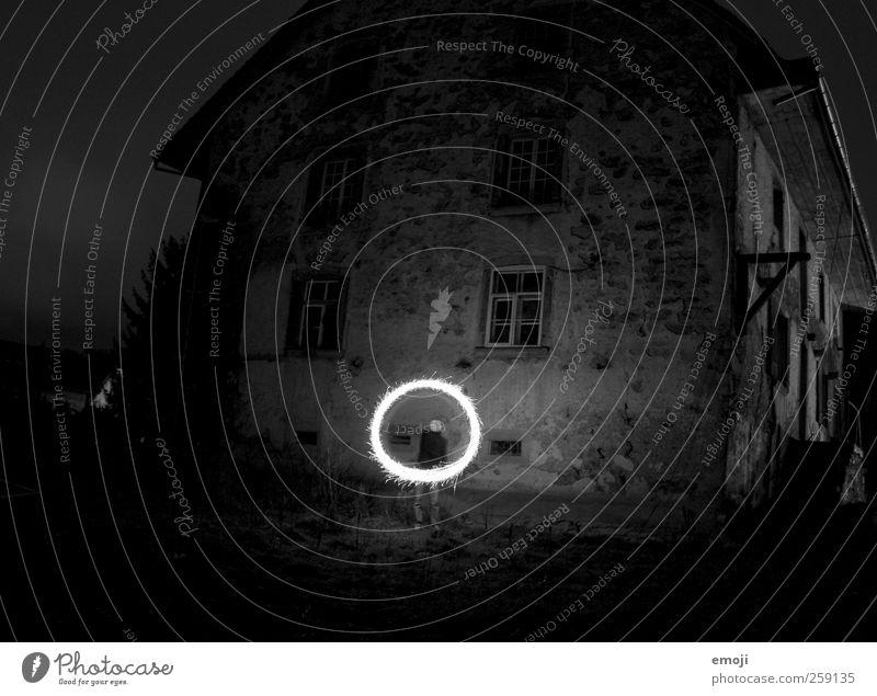 o Junger Mann Jugendliche 1 Mensch 18-30 Jahre Erwachsene Haus Einfamilienhaus Hütte Mauer Wand Fassade Fenster außergewöhnlich dunkel Langzeitbelichtung Flamme