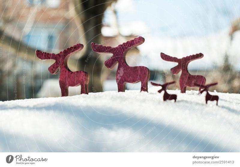 Weihnachtshirsch aus Holz auf Schnee. Winter Dekoration & Verzierung Feste & Feiern Weihnachten & Advent Tier Baum Ornament neu rot weiß Hirsche Hintergrund