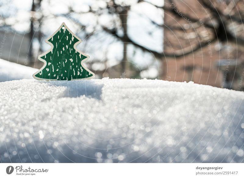 Weihnachtsbaum aus Holz auf Schnee. Design Winter Dekoration & Verzierung Feste & Feiern Weihnachten & Advent Natur Baum Spielzeug neu grün weiß Hintergrund