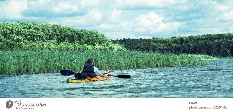 Paddelpause Freizeit & Hobby Ferien & Urlaub & Reisen Abenteuer Sport Wassersport Mensch maskulin Mann Erwachsene 1 Umwelt Natur Wolken Klima Seeufer Bootsfahrt