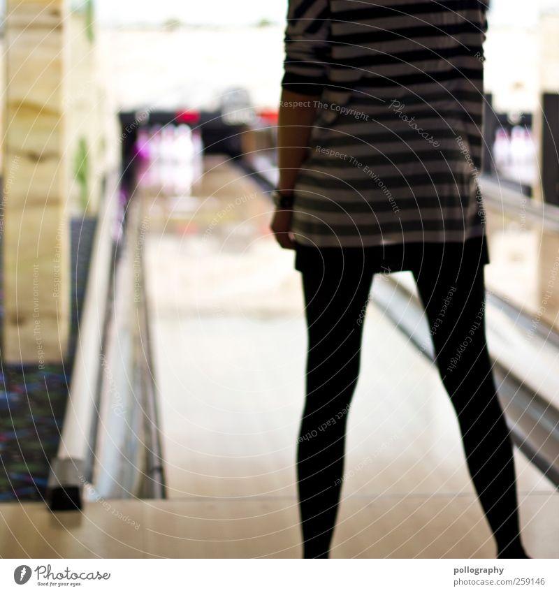 knapp vorbei ist auch daneben Ballsport Bowling Bowlingkugel Kegeln Sportstätten Bowlingbahn Mensch feminin Junge Frau Jugendliche Leben Gesäß Beine 1