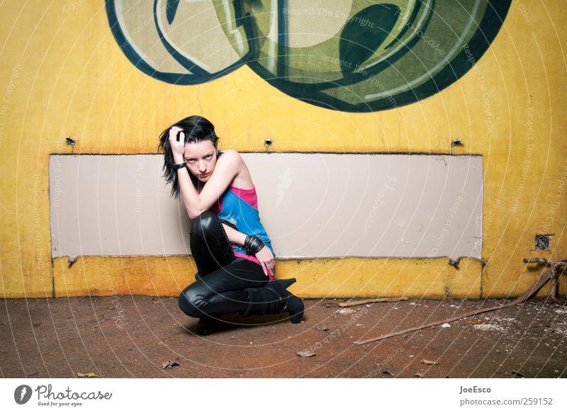 #259152 Stil Abenteuer Nachtleben ausgehen Feste & Feiern Junge Frau Jugendliche Erwachsene Leben Mauer Wand Mode schwarzhaarig beobachten Erholung sitzen