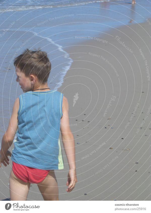 boy in red pants Mensch Kind Wasser Meer blau rot Strand Junge Sand T-Shirt Nordsee Shorts Unterhose Dänemark