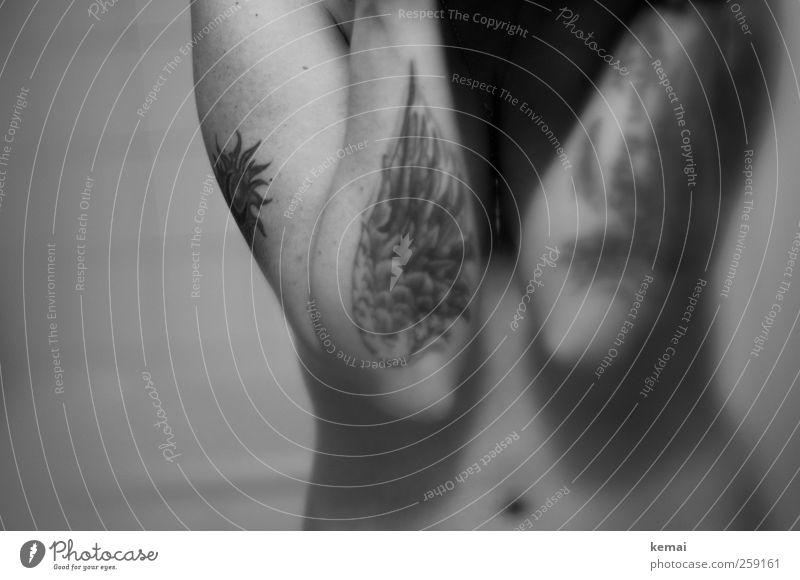 Über der Gürtellinie Lifestyle Wohnung Bad Mensch feminin Frau Erwachsene Leben Körper Haut Arme Bauch Bauchnabel Taille Tattoo Flügel nackt grau