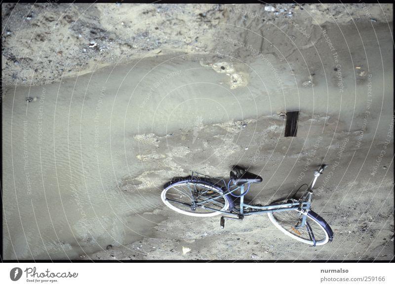 optisch verwirrend Stadt dunkel Umwelt Wege & Pfade Regen Kunst Fahrrad Klima Lifestyle Baustelle Zeichen unten entdecken Pfütze entwenden Kopfstand