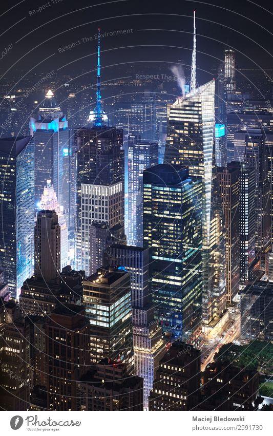 Luftaufnahme von Manhattan bei Nacht, NYC. Arbeit & Erwerbstätigkeit Büro Stadtzentrum Skyline bevölkert überbevölkert Hochhaus Bankgebäude Gebäude Architektur