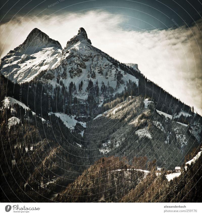 Kleine Hütte, große Berge Natur Ferien & Urlaub & Reisen blau grün Baum Landschaft Winter kalt Berge u. Gebirge Schnee braun Horizont Tourismus Idylle Ausflug Schönes Wetter