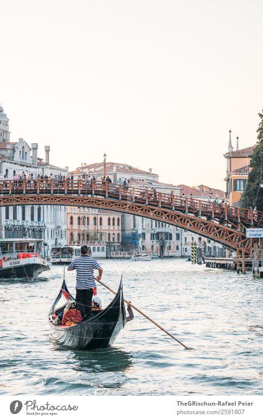 Gondoliere Kleinstadt Stadt Hafenstadt blau schwarz weiß Tourismus Brücke Wasser Venedig Italien Kanal Canal Grande Haus Altertum Städtereise Detailaufnahme