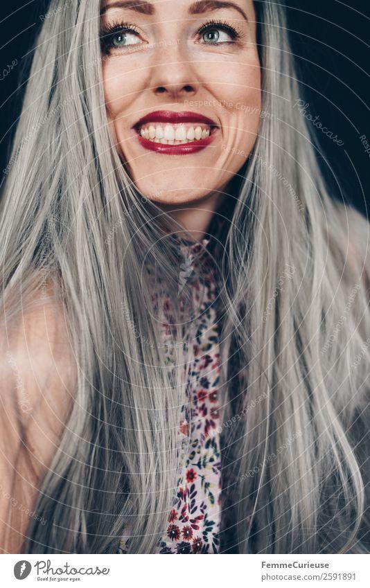 Woman with grey dyed hair elegant Stil feminin Frau Erwachsene 1 Mensch 18-30 Jahre Jugendliche 30-45 Jahre selbstbewußt Farbe grauhaarig Haare & Frisuren