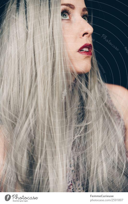 Woman with long grey dyed hair feminin Frau Erwachsene 1 Mensch 18-30 Jahre Jugendliche 30-45 Jahre Haare & Frisuren grau Farbe langhaarig glatte Haare