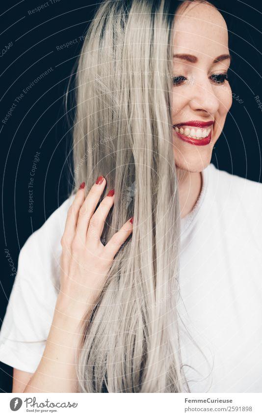 Smiling woman with long grey dyed hair elegant Stil feminin Junge Frau Jugendliche Erwachsene 1 Mensch 18-30 Jahre 30-45 Jahre Farbe grauhaarig blond T-Shirt